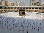 para-jamaah-haji-berkeliling-di-sekitar-kabah-tempat-suci-di-masjidil-haram-di-saudi-mekah.jpg