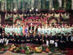 para-menteri-dan-pasangan-berfoto-bersama-dalam-pernikahan-kahiyang-ayu-dan-bobby-nasution_20171109_114202.jpg