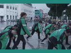 para-pengemudi-ojol-lakukan-dance-cover-boyband-korea-seventeen-di-titik-nol-km.jpg