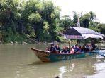 para-pengunjung-menyusuri-sungai-opak-menggunakan-perahu-di-taman-pelangi.jpg