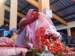 pedagang-cabai-di-pasar-tradisional-bantul-menunjukan-cabai-yang-kini-harganya-kian-meroket.jpg