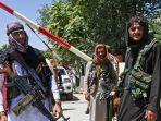 pejuang-taliban-menjaga-jalan-dekat-zanbaq-square-di-kabul-afghanistan.jpg