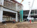 pekerja-proyek-pembangunan-nyia-di-temon-tengah-mengerjakan-bangunan-terminal-penumpang.jpg