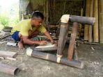 pekerja-tengah-menggarap-kerajinan-bambu_20180407_233152.jpg