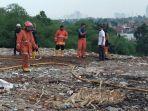 pemadam-kebakaran-memadamkan-asap-yang-muncul-dari-dalam-tanah_20181025_103154.jpg