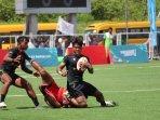 pemain-rugby-diy-kaos-hitam-saat-berupaya-mengamankan-bola.jpg