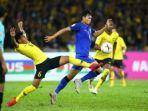 pemain-timnas-malaysia-syazwan-andik-mencoba-menghentikan-laju-penyerang-thailand-supachai-jaided.jpg