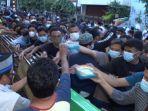 pembagian-takjil-untuk-warga-yang-datang-ke-masjid-jogokaryan.jpg
