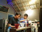 pemilik-coffee-shop-yang-sedang-menyiapkan-pesanan-melalui-penjualan-daring.jpg