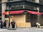 penampakkan-deretan-toko-elit-di-kota-new-york-ditutupi-kayu-lapis-agar-tidak-dijarah.jpg