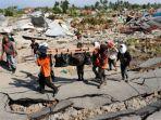 pencarian-korban-gempa-bumi-palu_20181004_142832.jpg