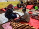 pengungsi-lansia-di-tempat-pengungsian-balai-desa-glagaharjo.jpg