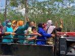 pengungsi-melambaikan-tangan-dari-atas-mini-truk.jpg