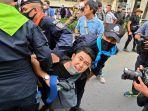 pengunjuk-rasa-pro-demokrasi-bereaksi-ketika-polisi-menahannya-saat-unjuk-rasa-di-bangkok-thailand.jpg