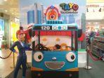 pengunjung-berfoto-pada-foto-booth-yang-menyerupai-karakter-tayo-the-little-bus_20180626_175241.jpg