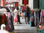 pengunjung-memilih-baju-yang-dijual-pedagang-di-kawasan-malioboro.jpg