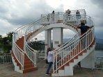 pengunjung-menaiki-tangga-di-objek-wisata-bukit-sidoguro-yang-berada-di-desa-krakitan.jpg