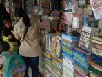penjual-buku-bekas-di-bookstore-shopping-centre-yogyakarta_20171107_134229.jpg