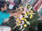 penjual-sedang-merangkai-karangan-bunga-pada-rabu-02092020.jpg