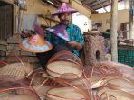 perajin-bambu-di-mangunan-tetap-bertahan-di-tengah-gempuran-bahan-plastik_20180930_182555.jpg