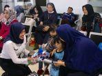 peringati-hari-anak-nasional-pt-kai-bagikan-souvenir-kepada-anak-anak_20180723_114246.jpg