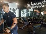 personal-trainer-tengah-mendemontrasikan-sebuah-alat-kebugaran-di-w-gym-centre_20171214_194150.jpg