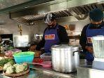 personel-brimob-saat-memasak-di-dapur-umum.jpg