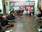 perwakilan-pedagang-saat-mengadu-ke-lembaga-bantuan-hukum-lbh-yogyakarta-pada-selasa-472017_20170704_155006.jpg