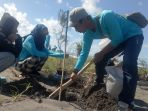 peserta-saat-melakukan-gerakan-menaman-300-pohon-cemara-di-pantai-pelangi_20171223_192809.jpg