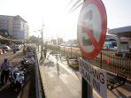 petugas-berjaga-di-jalan-pasar-kembang-sisi-selatan-stasiun-tugu-kota-yogyakarta_20180814_195227.jpg