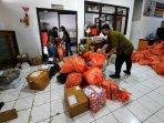 petugas-kantor-pos-indonesia-cabang-wonosari-menyortir-paket-1.jpg