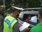 petugas-kepolisian-mengecek-surat-surat-pengendara-yang-melintas.jpg