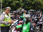 petugas-kepolisian-sedang-melakukan-pemeriksaan-kendaraan_20171115_222112.jpg