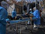 petugas-medis-mengevakuasi-seorang-warga-yang-terpapar-virus-corona.jpg