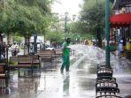petugas-menyemprotkan-air-untuk-membersihkan-kawasan-malioboro-kota-yogyakarta-selasa-892020.jpg