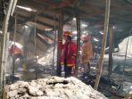 petugas-pemadam-kebakaran-berusaha-memadamkan-api-yang-menjalar-di-ruang-produksi.jpg