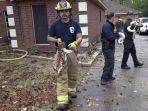 petugas-pemadam-kebakaran-di-texas-menyelamatkan-ular.jpg
