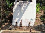 petugas-satpol-pp-sleman-membersihkan-bekas-aksi-vandalisme-di-jembatan-pangukan.jpg