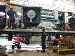 petugas-sedang-melakukan-perbaikan-lokomotif-di-balai-yasa-yogyakarta_20180405_133242.jpg