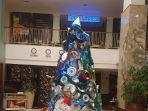 pohon-natal-dengan-peralatan-dapur-di-jambuluwuk-malioboro-hotel.jpg