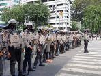 polisi-bubarkan-massa-aksi-1812.jpg