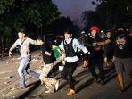 polisi-dan-warga-petamburan-menangkap-seorang-yang-diduga-menjadi-provokator.jpg