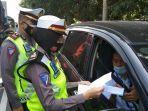 polisi-memeriksa-dokumen-di-pos-prambanan.jpg