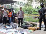 polisi-menunjukkan-barang-bukti-di-lokasi-penangkapan-terduga-teroris-di-cibinong.jpg
