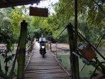 potret-jembatan-sesek-karanggayam-akses-darurat-warga-bantul-seberangi-sungai-opak.jpg