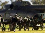prajurit-tni-bersiap-menaiki-helikopter-menuju-nduga-di-wamena-papua.jpg
