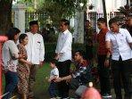 presiden-jokowi-bersama-cucunya-jan-ethes-salami-warga-saat-singgah-di-gedung-agung-yogyakarta.jpg