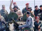presiden-venezuela-nicolas-maduro-di-atas-tank-amfibi.jpg