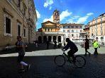 pria-mengendarai-sepeda-melewati-santa-maria-di-roma-di-alun-alun-trastevere-3-mei-2020.jpg