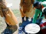 proses-evakuasi-jenazah-yang-ditemukan-di-sebuah-aliran-sungai-di-desa-triharjo.jpg